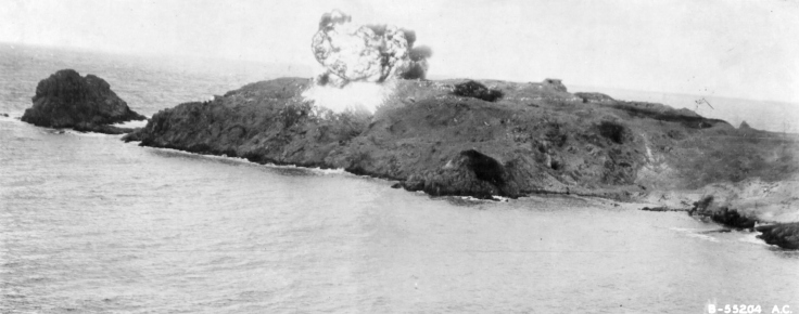 Napalm_explosion_on_Cézembre_island_(Britanny,_France),_31_August_1944_-_cropped